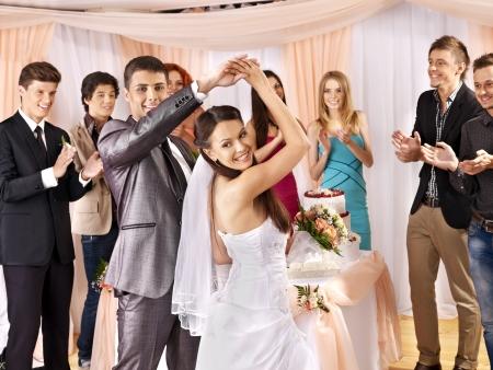 donna che balla: Gruppo di persone felici di ballo di nozze.