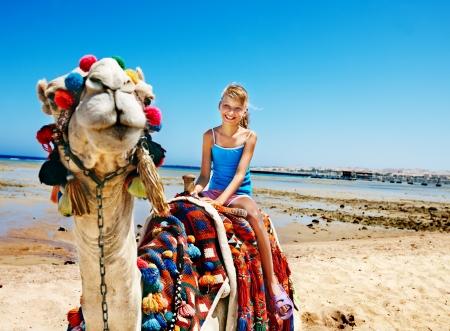 kamel: Tourists Kinder reiten Kamel auf dem Strand von ?gypten. Sch?rfe auf einem Kamel.