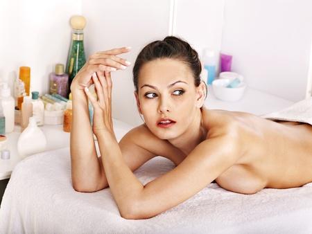 olio corpo: Bella donna in luogo di cura. Archivio Fotografico