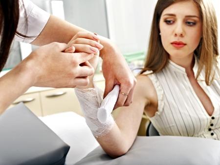primeros auxilios: Vendajes paciente la mano en el hospital. Definici�n de las manos.