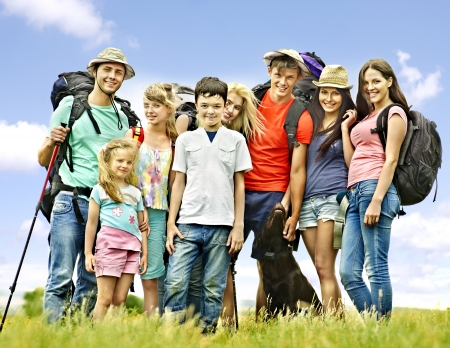 acampar: Gente del grupo con los niños sobre los viajes.