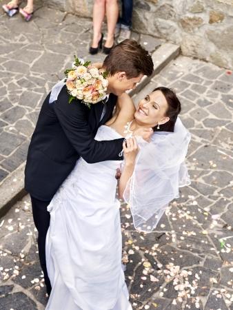 Bruidegom draagt zijn bruid over de rug. Outdoor.