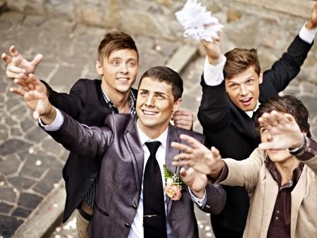 Groep mannen vangen bruid kousenband. Bruiloft.