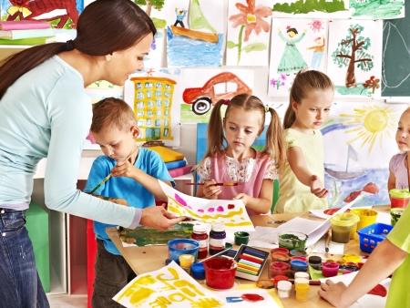 maestra preescolar: Felices los niños con el maestro en la escuela.