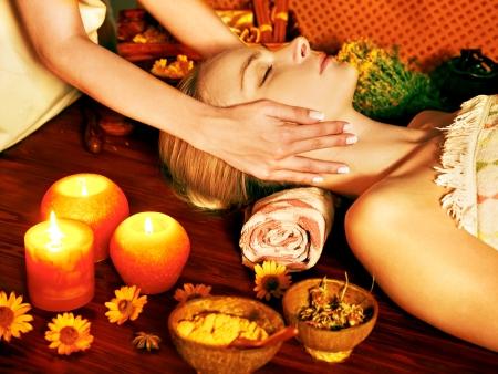 tratamiento facial: Mujer recibiendo masaje facial en el spa de belleza tropical.