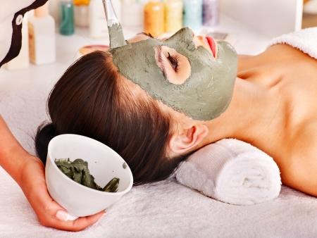 tratamiento facial: Mujer con m?scara de barro facial en el spa de belleza. Foto de archivo