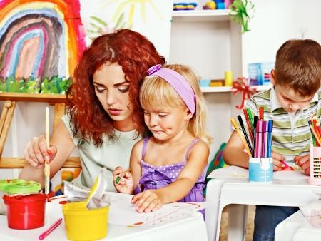 絵画の母と子。ベビーシッター託児施設。 写真素材