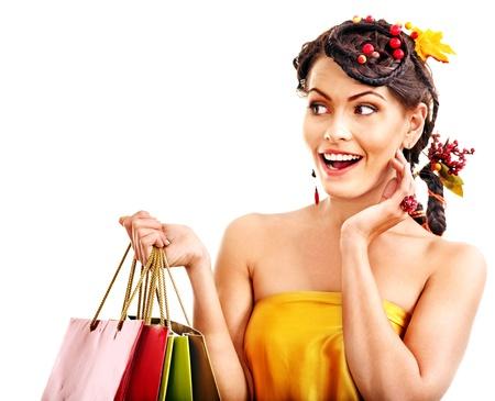 chicas compras: Muchacha con el peinado oto?o y la bolsa de la compra.