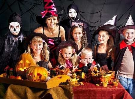 Kinderen op Halloween partij die uitgesneden pompoen