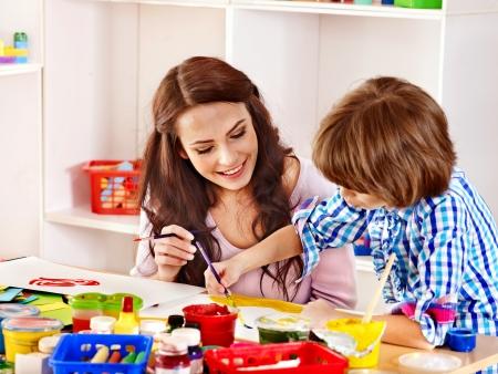 niños pintando: Familia con ni?os pintura en la escuela. Educaci?n.
