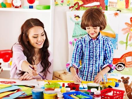 mujer hijos: Familia con ni?os pintura en la escuela. Educaci?n.
