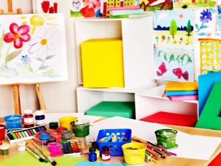 kinder: Interior de la escuela de pintura y l�pices de colores. Ning�n pueblo. Foto de archivo