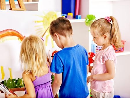 dessin enfants: Groupe enfants peinture de chevalet ? l'?cole. Banque d'images