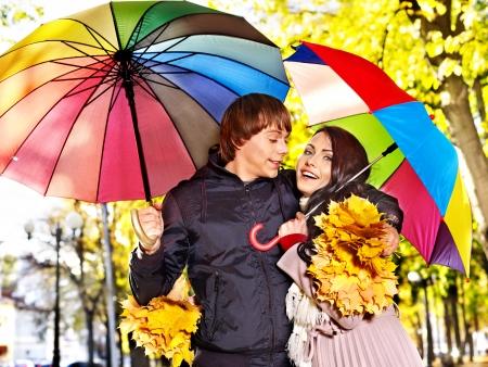 uomo sotto la pioggia: Couple holding ombrello autunno all'aperto.
