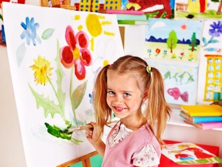 Kinderen schilderen op schildersezel in de kunst klasse.