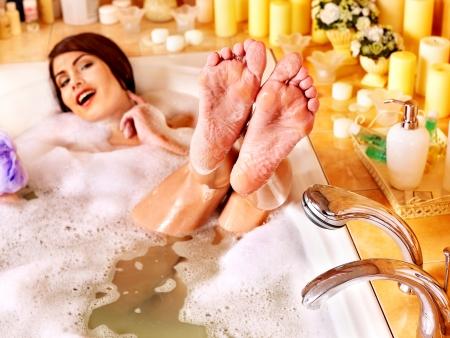 personas banandose: La mujer se relaja en agua en ba?o de burbujas. Foto de archivo