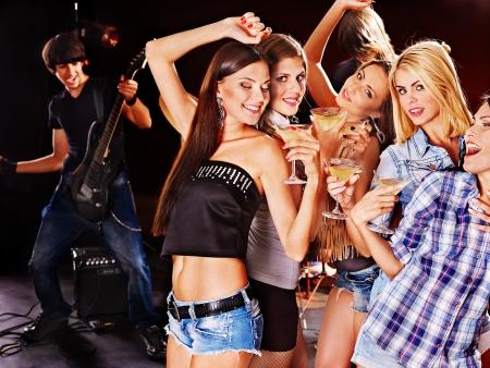 Mujer en la discoteca en discoteca. Los efectos de iluminaci?n.