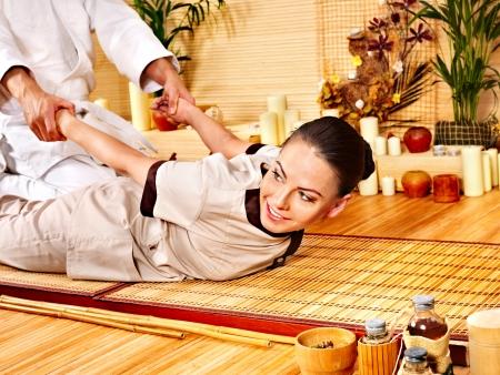 homme massage: L'homme se massage au bambou. Thérapeute.