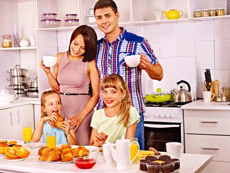 sappen: Ouders voor te bereiden ontbijt voor kind. Gelukkig gezin.