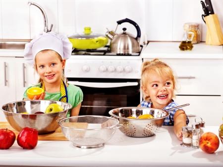 niños desayunando: Niños Yappy el desayuno en la cocina Foto de archivo