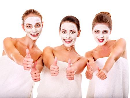 terapia grupal: Joven mujer recibiendo la m�scara facial y el chisme. Aislado.
