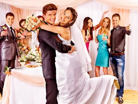 Glücklich Gruppe Menschen am Hochzeitstanz.
