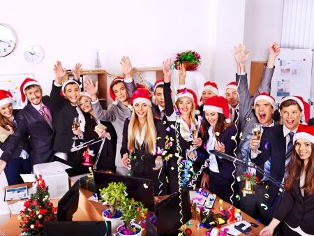 Grupo de personas de negocios feliz en el sombrero de santa en la fiesta de Navidad.