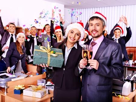 business smile: Grupo de personas de negocios feliz en el sombrero de santa en la fiesta de Navidad.
