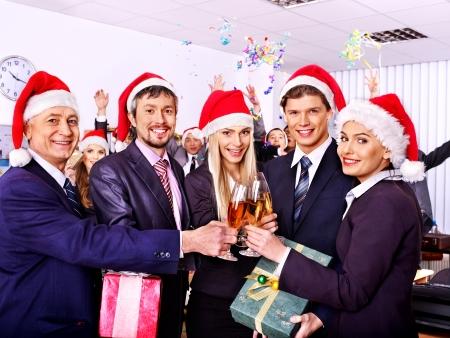 traje sastre: Grupo de personas de negocios feliz en el sombrero de santa en la fiesta de Navidad.