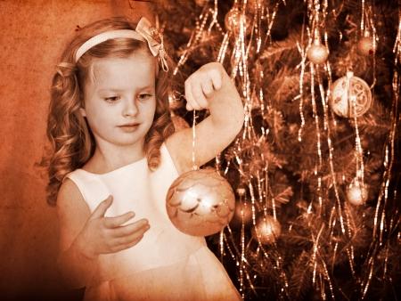 ni�os vistiendose: Ni�o decorar el �rbol de Navidad. Blanco y negro retro.