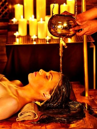 tratamientos corporales: Mujer joven con aceite Ayurveda tratamiento de spa. Foto de archivo