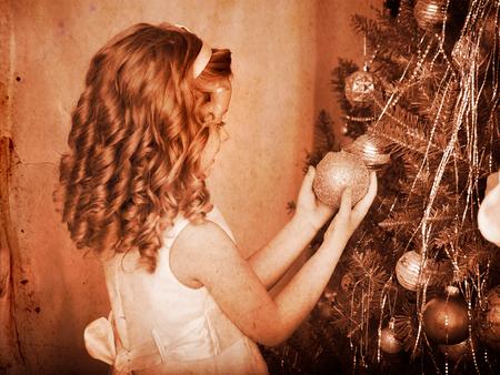 ni�os vistiendose: Ni�a decorar el �rbol de Navidad. Blanco y negro retro.