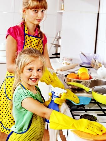 delantal: Los niños limpieza de la cocina. Servicio de limpieza.