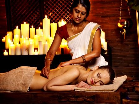 massaggio: Giovane donna che ha l'olio Ayurveda trattamento termale.
