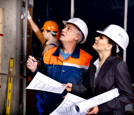 albañil: Mujer de negocios en el casco de constructor de interior. Foto de archivo