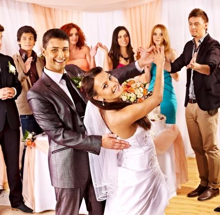 Groupe de gens heureux à la danse de mariage. Banque d'images