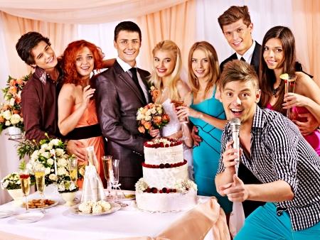 Glückliche Hochzeitspaare und Gäste Lied singen
