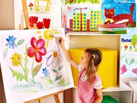 Peinture pour enfants au chevalet dans la classe d'art Banque d'images - 25499215