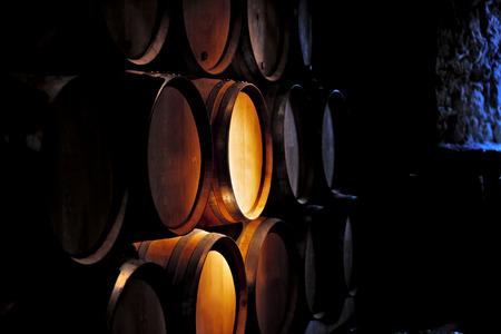 오래된 와이너리에서 와인 배럴.
