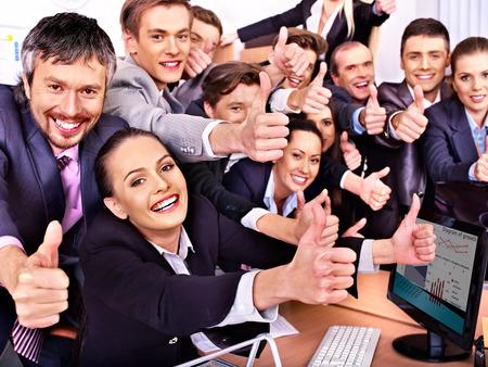 empleados trabajando: Feliz grupo de personas de negocios pulgar en la Oficina.