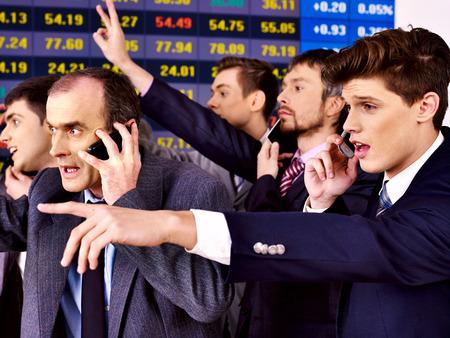 bursatil: Hombres de negocios Grupo con el tablero de bolsa de valores en el cargo.