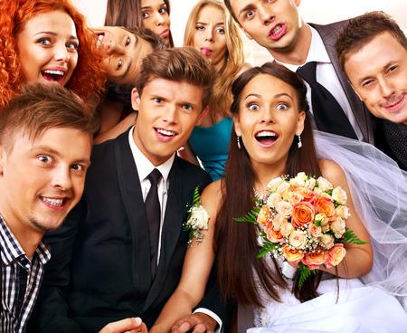 La novia y el novio en la cabina de fotos. Boda. Foto de archivo - 26529637