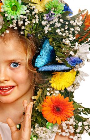 morpho menelaus: Rostro de ni�o con la flor y la mariposa. Aislado.