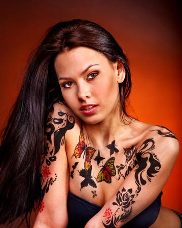 tatouage sexy: Jeune femme avec art corporel. Studio photo.