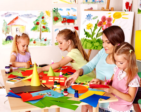 Enfants découpe papier ciseaux dans le préscolaire.