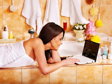 Parce qu'il n'y a que les cons qui ne changent pas d'avis ! 27461416-femme-de-detente-au-bain-de-luxe-a-la-maison-avec-un-ordinateur-portable
