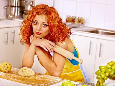 mala suerte: Galletas de la hornada de la mujer joven en el horno. Mala suerte.