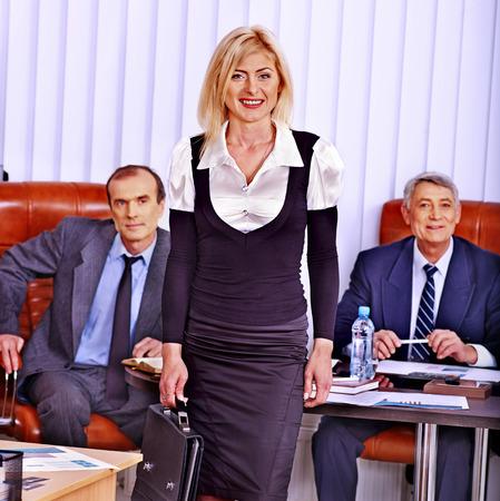 feminismo: La gente de negocios feliz del grupo en la oficina. Feminismo.
