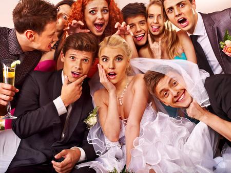 Mariée et le marié dans photobooth de mariage Banque d'images