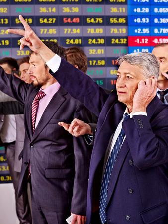 bolsa de valores: Hombres de negocios Grupo con el tablero de bolsa de valores en el cargo.
